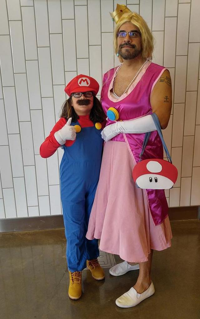 Bị chê 'bệnh hoạn' khi mặc quần áo công chúa trong Mario, ông bố lên tiếng phản bác cư dân mạng