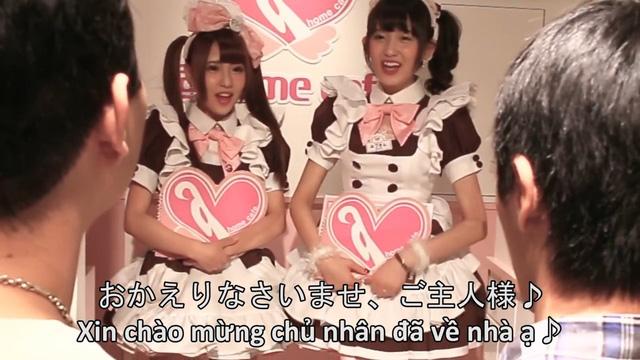 """Hai anh chàng Việt Nam """"đơ người"""" khi bước vào quán cafe hầu gái của Nhật Bản"""