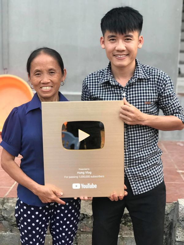 Học theo mẹ và anh trai, con út của bà Tân Vlog cũng bỏ việc chuyển sang làm Youtube