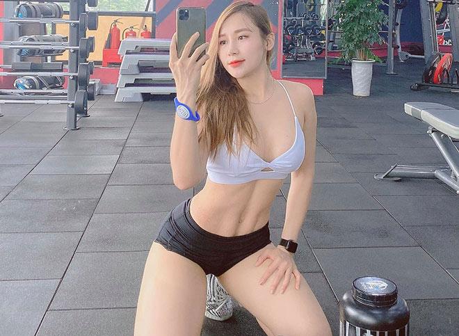 """Hot girl tập gym Quỳnh Nguyễn """"nóng bỏng"""", tập vòng ba 100cm sau khi thất tình"""