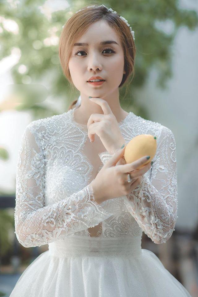 Vợ hot girl vừa ly hôn Hoài Lâm mặc váy cưới xuyên thấu xinh đẹp tựa nữ thần