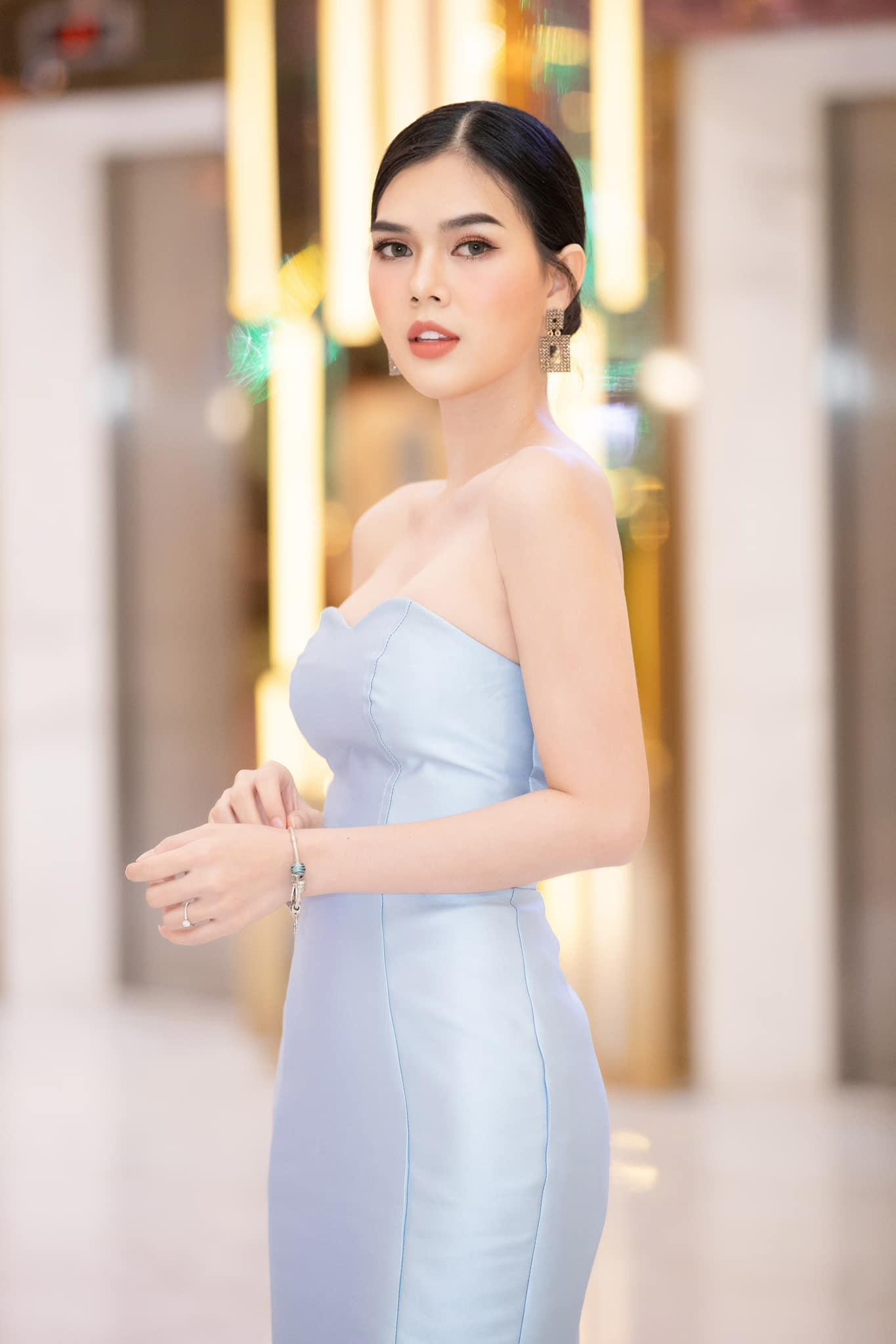 """Ngọc Trinh – người mẫu """"đốn tim"""" trai trẻ SHB Đà Nẵng, từng đoạt danh hiệu Á hậu là ai?"""