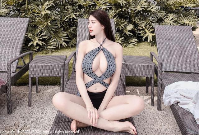 """Hot girl kinh doanh mỹ phẩm khoe vẻ đẹp """"đẫy đà"""" bên hồ bơi khiến dân mạng xuýt xoa"""