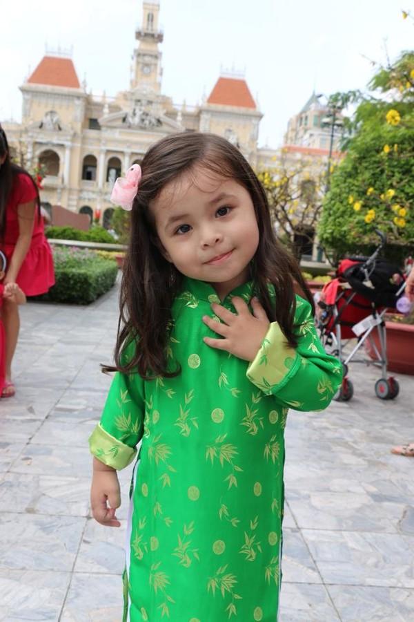 Bé 3 tuổi lai Việt -Hung xinh như thiên thần cuốn hút cộng đồng mạng