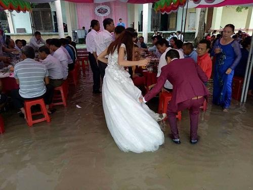Thêm một đám cưới giữa mưa lũ gây xôn xao cộng đồng mạng