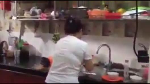 Vừa rửa bát vừa hát, cô nàng làm cộng đồng mạng tưởng đang nghe đĩa