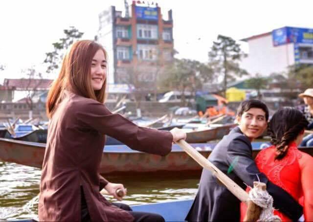 """""""Hot girl lái đò"""" ở chùa Hương làm thổn thức cộng đồng mạng"""