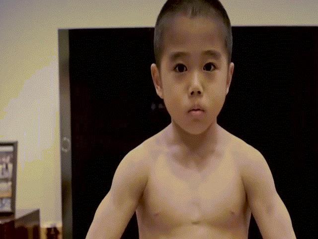 Thợ cắt tóc…6 tuổi thể hiện kỹ năng điêu luyện gây sốt cộng đồng mạng