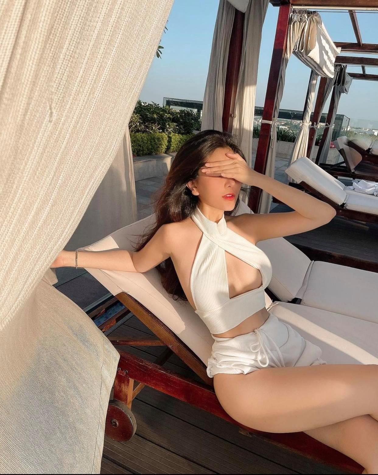 """Hot girl Việt được báo Trung Quốc khen """"mặt Triệu Lộ Tư, body Kim Kardashian"""""""