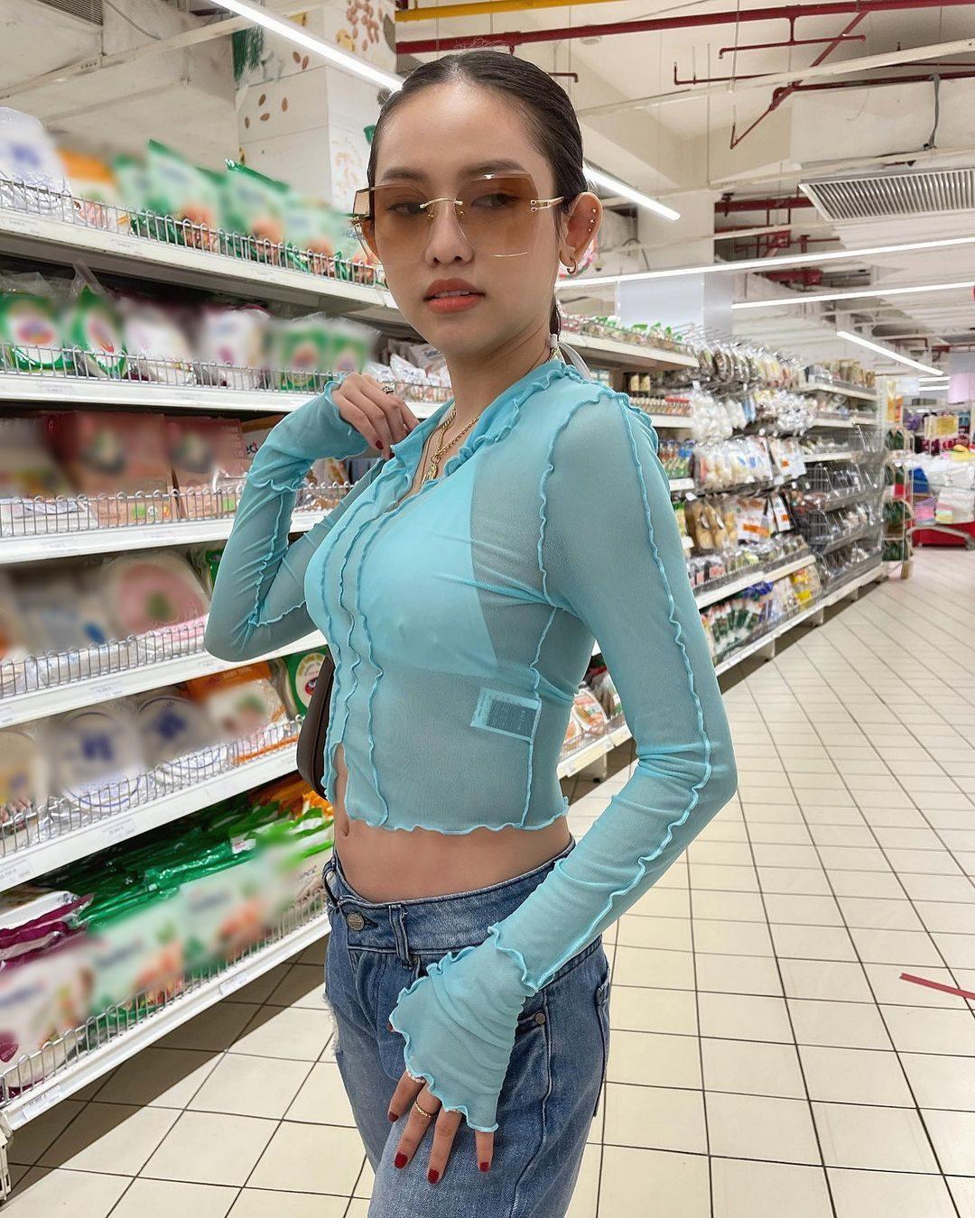Hot girl Thuý Vi mặc đồ mỏng như cánh chuồn lộ nội y vào siêu thị