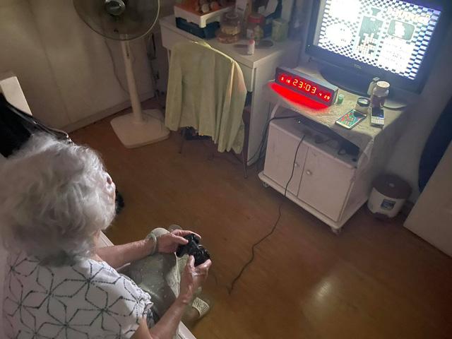 """Fan PS5 khoe ảnh ngập tràn """"news feed"""", cụ bà 85 tuổi vẫn trung thành quẩy PS1 ngon ơ!"""
