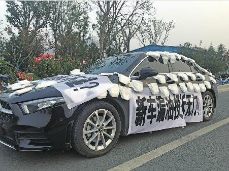 Kỳ lạ chiếc xe ô tô trị giá gần 1 tỷ dán đầy bỉm, tã lót gây xôn xao cộng đồng mạng