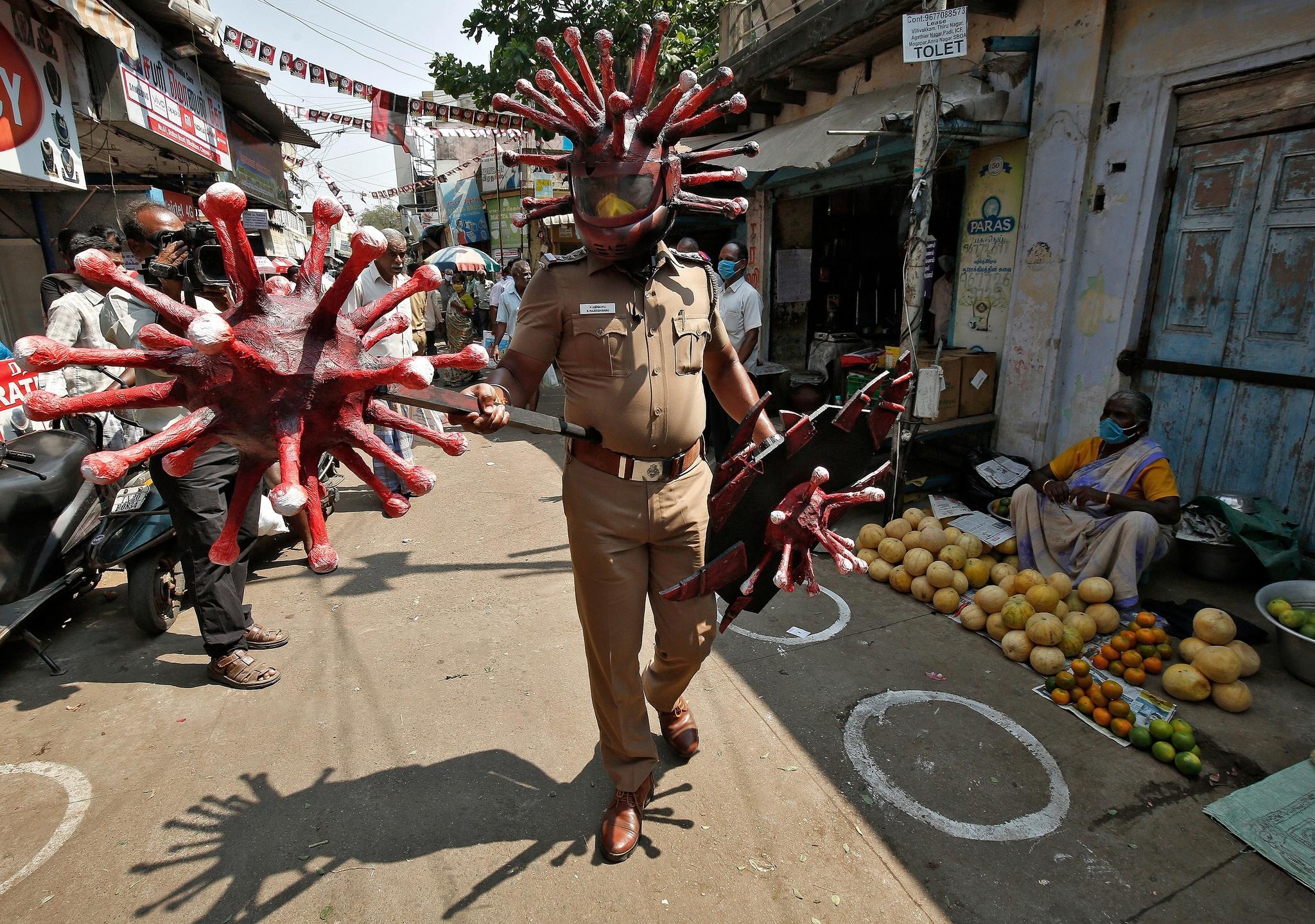 Cảnh sát Ấn Độ 'cosplay' virus corona để nhắc người dân chấp hành phong tỏa chống dịch Covid-19