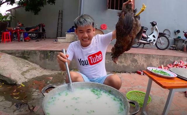 """Hưng Vlog ẩn video ăn cháo gà luộc nguyên lông, dân mạng """"trút giận"""" vào những kênh cố reup lại"""