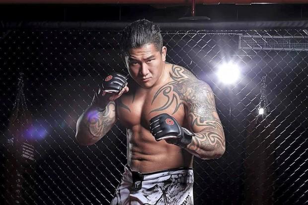 """Nổi máu anh hùng bàn phím thách đấu võ sĩ MMA, Youtuber hổ báo bị đánh tới mức phải khóc lóc """"Đại ca, em sai rồi"""""""