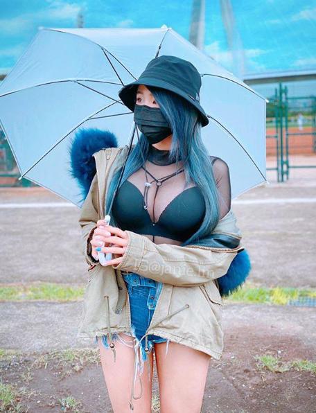 Diện đồ khoe vòng 1 ngoại cỡ, hot girl vô tư cày game trên tàu điện khiến dân mạng lo lắng