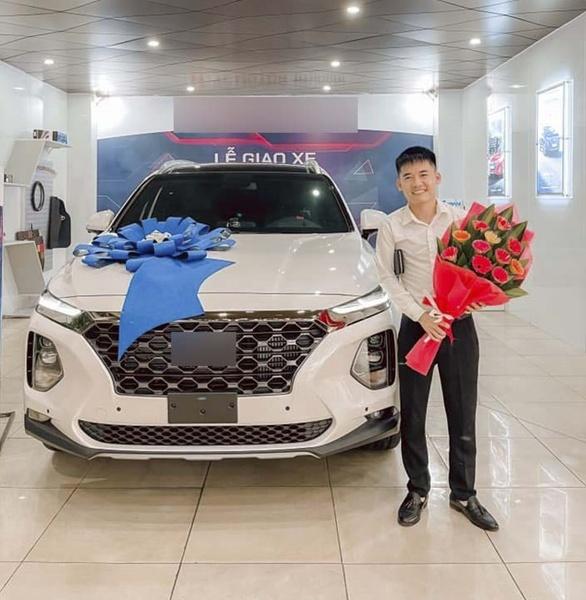 Bị YouTube tắt chức năng kiếm tiền, con trai Bà Tân Vlog vẫn có thu nhập khủng tậu xe hơi
