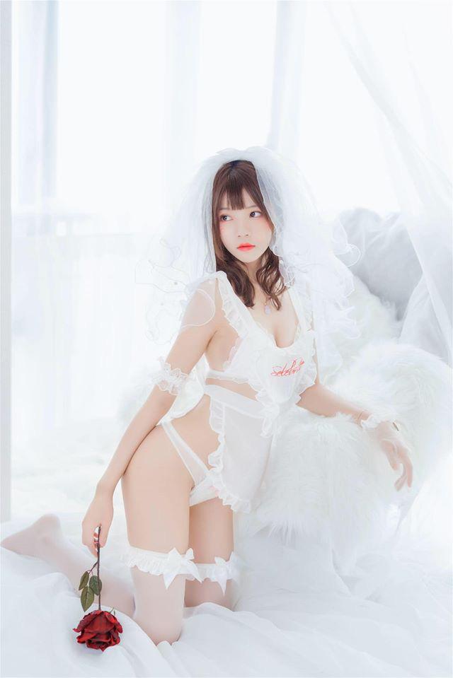 Ngắm cô dâu diện nội y trắng gợi cảm khoe thân hình cực nuột