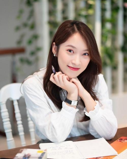 """Trấn Thành, hot girl Sam… bị soi lỗi khi làm MC: Ai """"bắn"""" tiếng Anh siêu nhất?"""