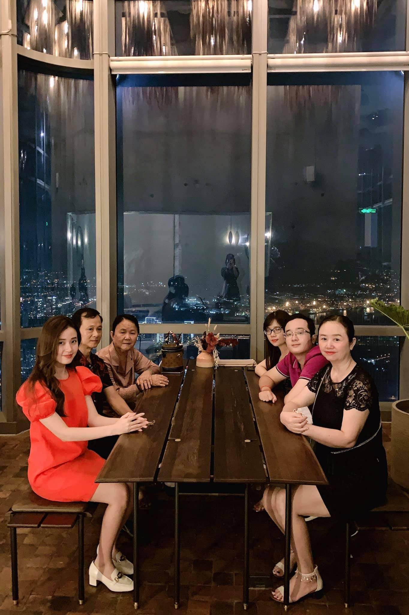 Lộ ảnh đi ăn tối, nhan sắc các thành viên trong gia đình hot girl Midu gây sốt