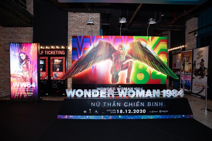 H'Hen Niê cosplay lộng lẫy soán ngôi 'chị đại' Gal Gadot, oanh tạc thảm đỏ ra mắt 'Wonder Woman 1984'