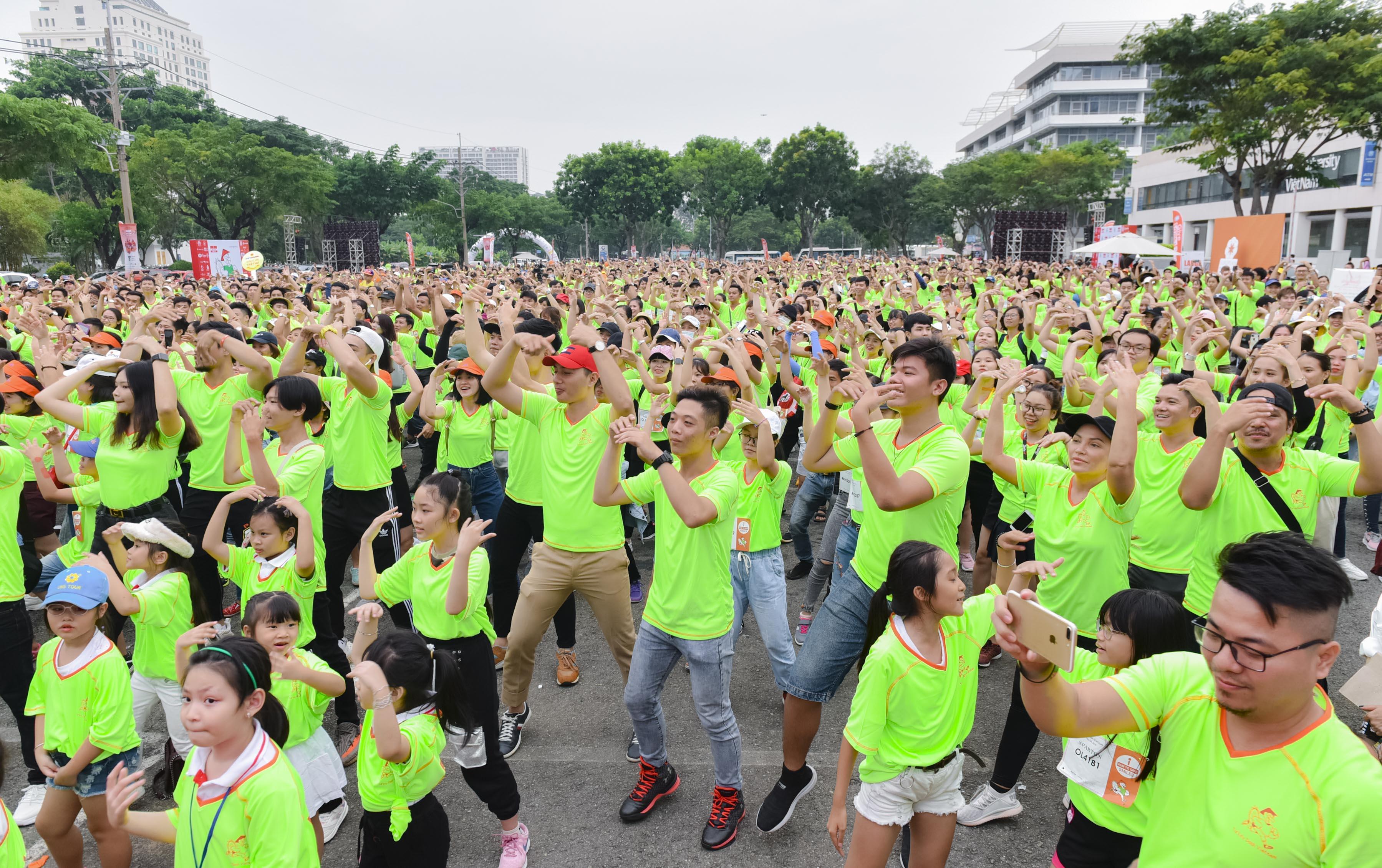 Cao Xuân Tài cùng dàn người mẫu Vietnam Fitness Model chạy bộ gây quỹ