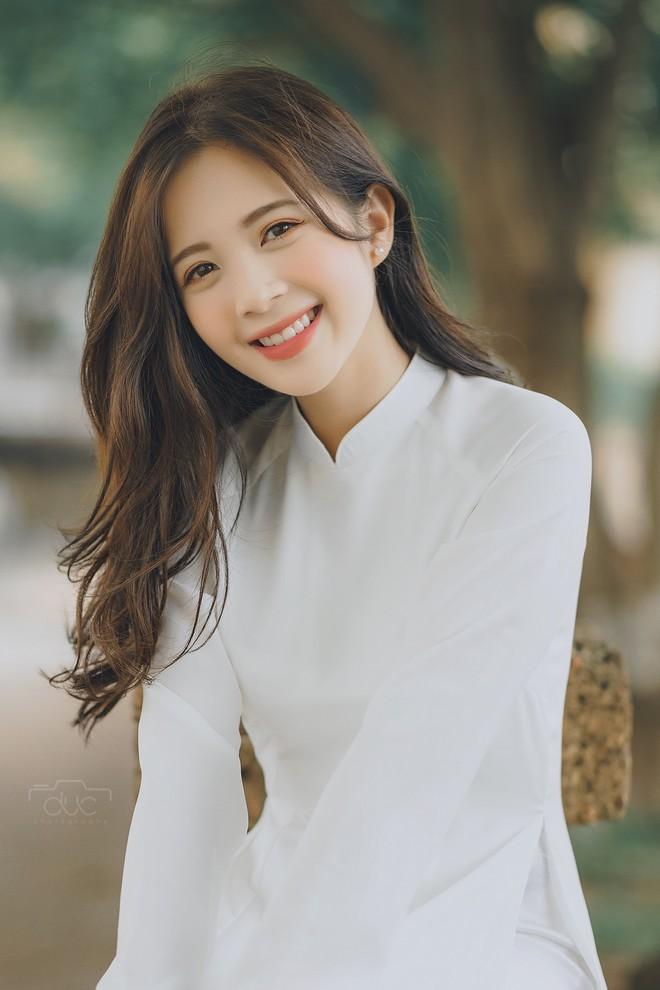 Cựu hot girl ĐH Sư phạm đẹp hút hồn trong tà áo dài trắng tinh khôi