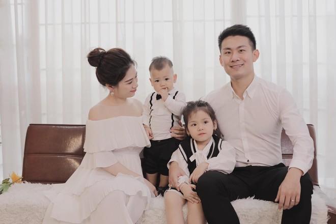 """Gia đình đẹp như người mẫu chia sẻ bí quyết """"giữ lửa"""" trong 8 năm bên nhau"""