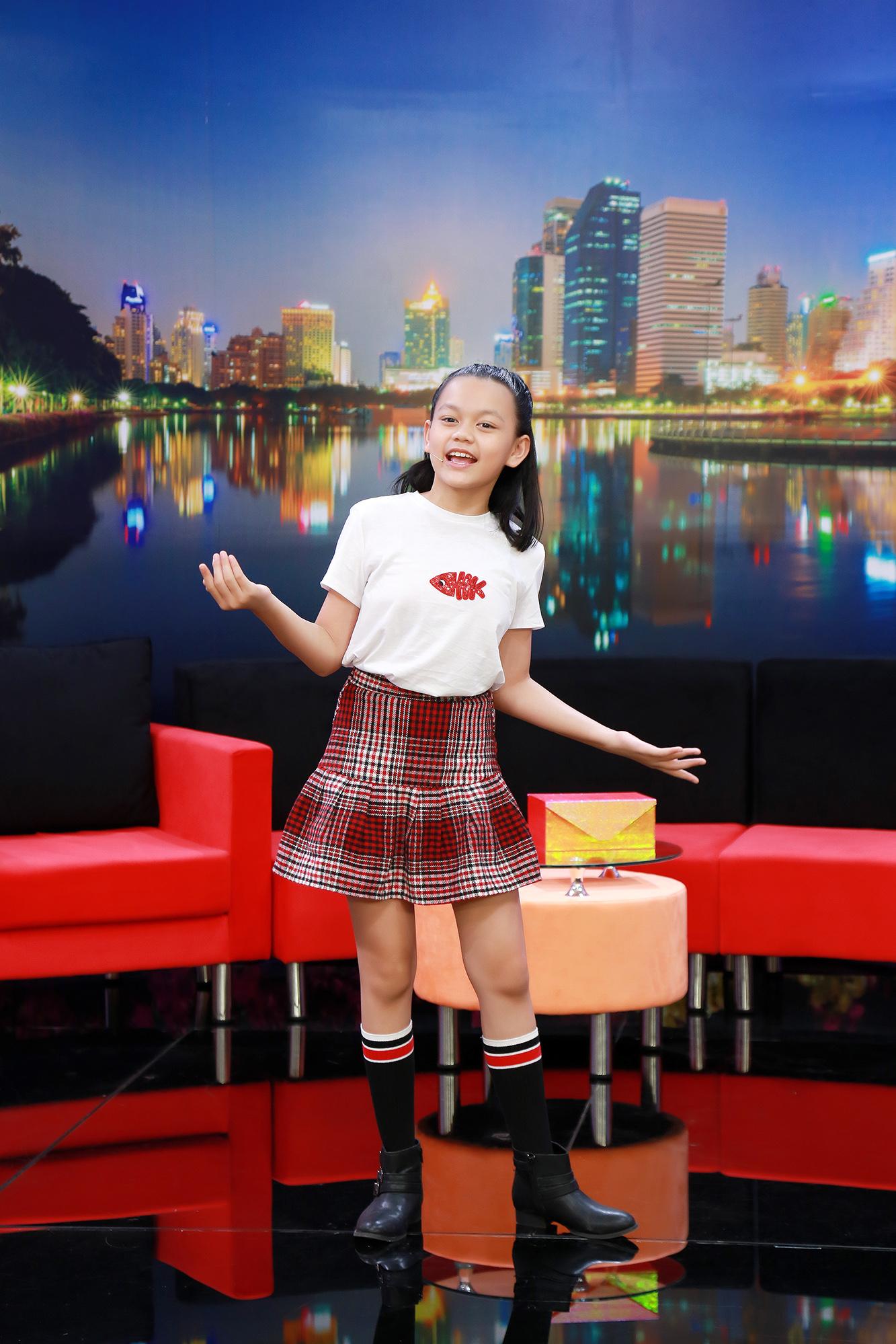"""Hé lộ gia tộc """"khủng"""" của cô bé 2 tuổi rưỡi trở thành ngôi sao Youtube triệu view"""