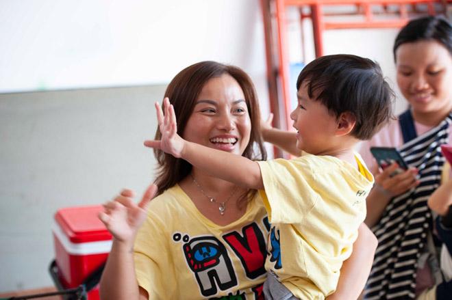 """Cậu bé 3 tuổi người Việt hot nhất YouTube """"quậy banh"""" phim trường"""