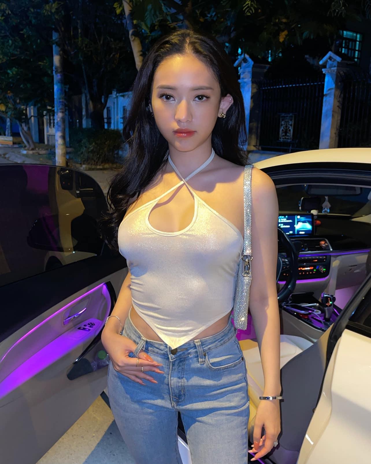 """Đi chơi đêm giao thừa, hot girl Cà Mau diện yếm khoe vòng 1 """"gây tò mò"""""""