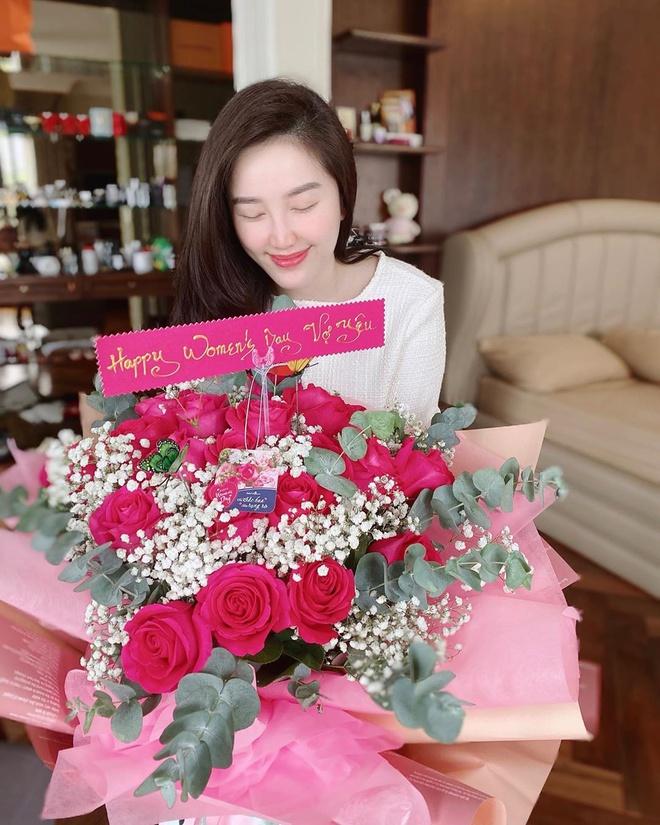 """Hot girl Trâm Anh tặng tiền """"khủng"""" cho mẹ, Bảo Thy được chồng đại gia tặng quà ngày 8/3"""