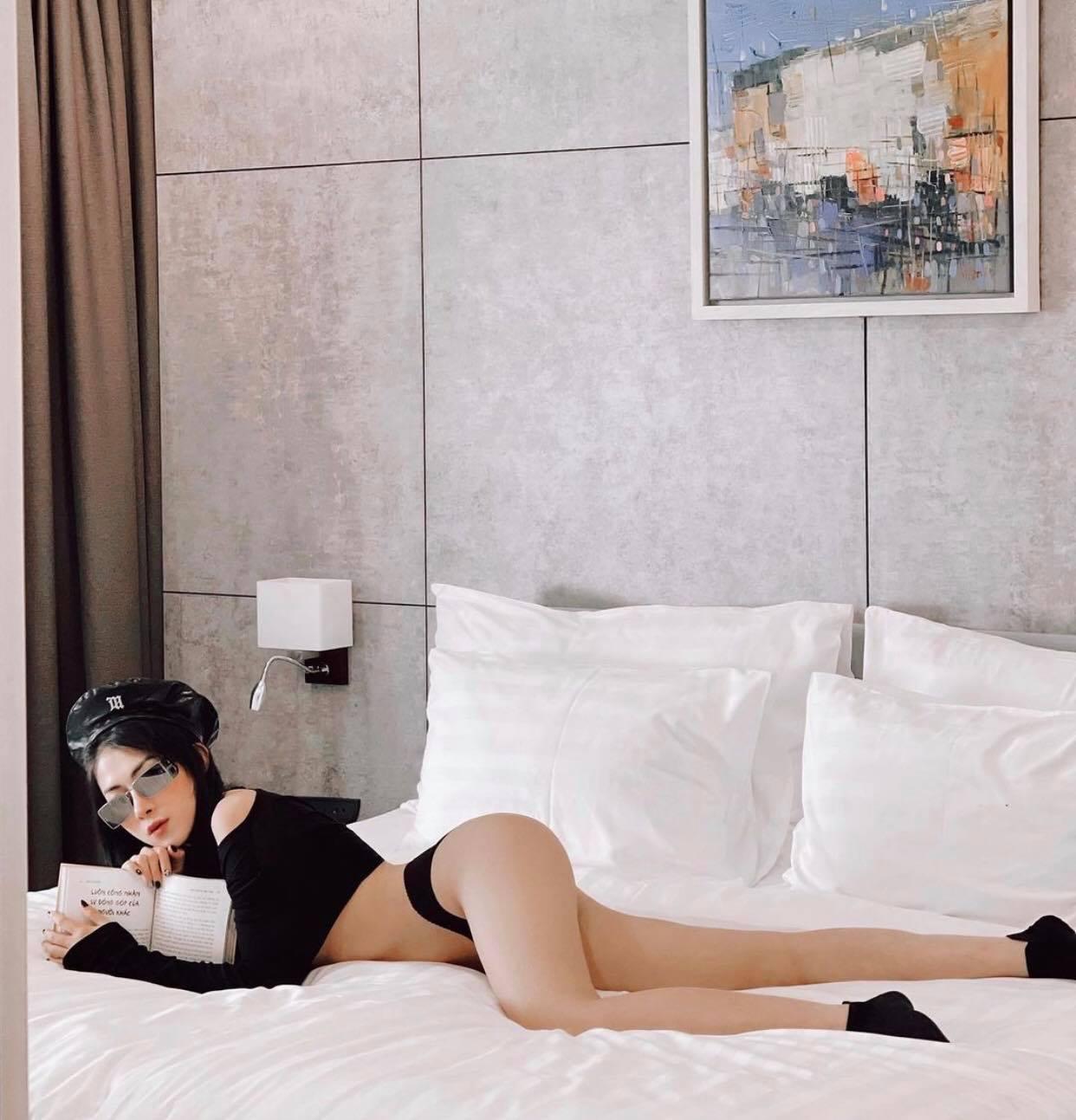 Hot girl Việt gây xôn xao vì tạo dáng lạ quỳ giữa rừng thông