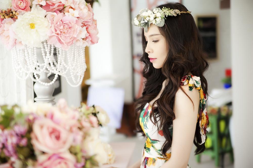 Ngọc Bích rực rỡ đầm hoa đón chào năm mới