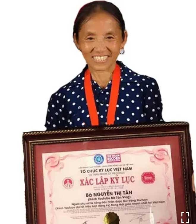 """Kênh YouTube """"Bà Tân Vlog"""" bất ngờ xác lập kỷ lục Việt Nam"""