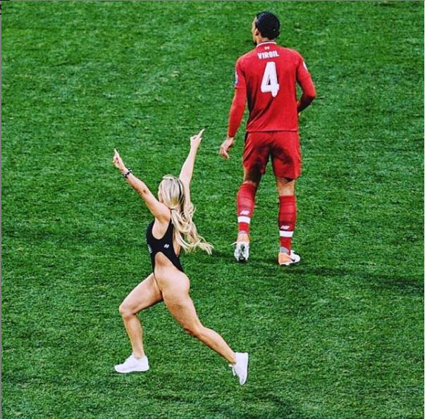 Phát sốt vì body phồn thực của cô người mẫu lao xuống sân cỏ, làm loạn chung kết C1