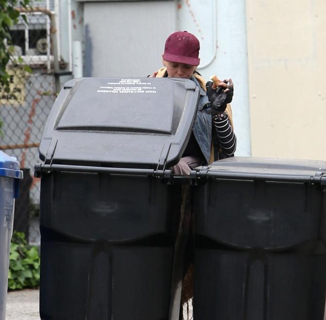 Cựu người mẫu Mỹ ăn pizza lục từ thùng rác