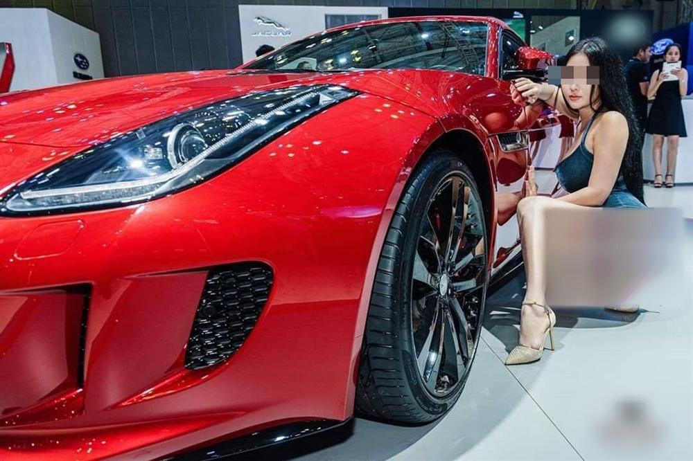 """Người mẫu gây sốc ở triển lãm ô tô đóng trang cá nhân sau nhận no """"gạch đá"""""""