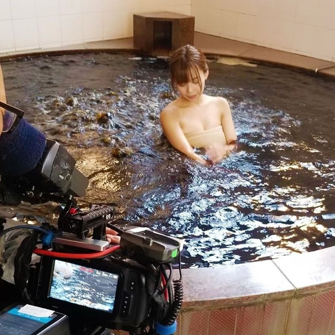Người mẫu gặp sự cố nhạy cảm khi quay ở suối nước nóng