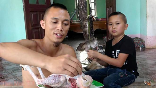 Youtube Việt đổ trứng, nước mắm lên đầu mẹ và những trò câu view gây phẫn nộ