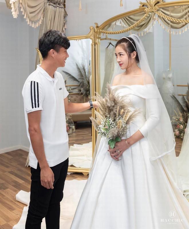 Phan Văn Đức đưa cô giáo hot girl Nhật Linh đi thử váy cưới dịp cận Tết