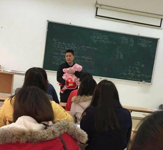 Thầy giáo bế con cho nữ sinh viên làm bài thi gây sốt cộng đồng mạng