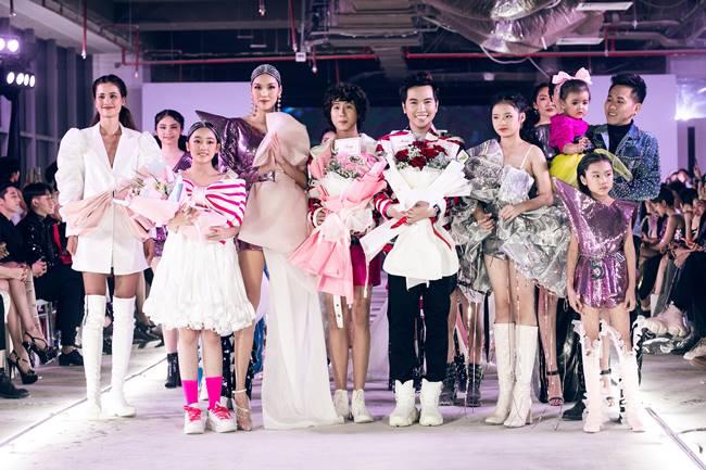 Người mẫu diện váy viễn tưởng cùng robot lên sàn diễn