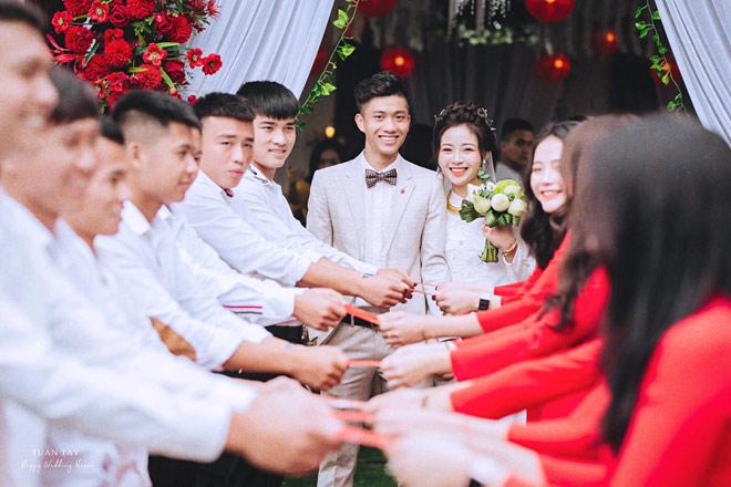Hé lộ ảnh đính hôn của cặp đôi cầu thủ – hot girl: Văn Đức – Nhật Linh
