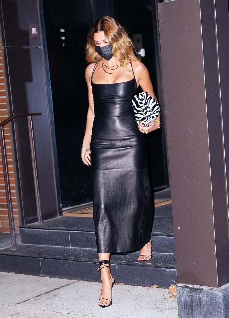 Vợ người mẫu của Justin Bieber, chiếm trọn spotlight với thời trang chơi đêm tôn ngực đầy