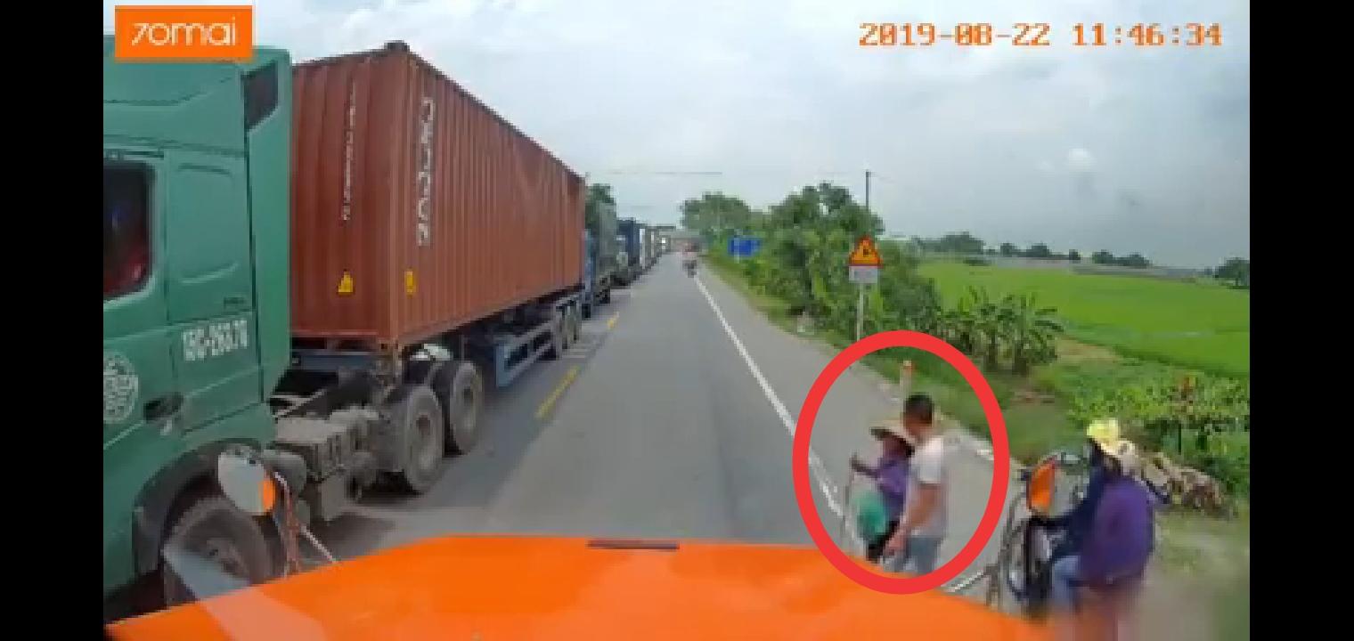 Hành động của tài xế container đối với cụ bà khiến cộng đồng mạng thán phục