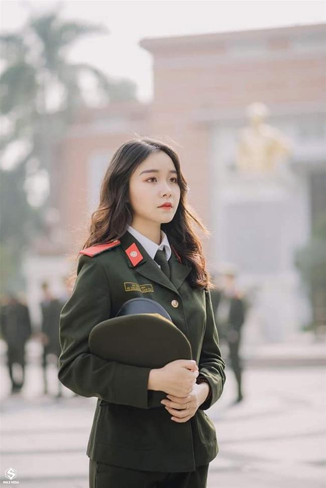 """Nữ thủ khoa kép trường HV An Ninh """"gây bão"""" MXH vì xinh như hot girl"""