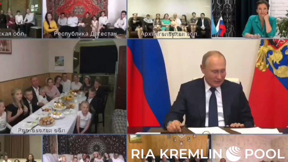 Nụ hôn gió của Putin dậy sóng cộng đồng mạng