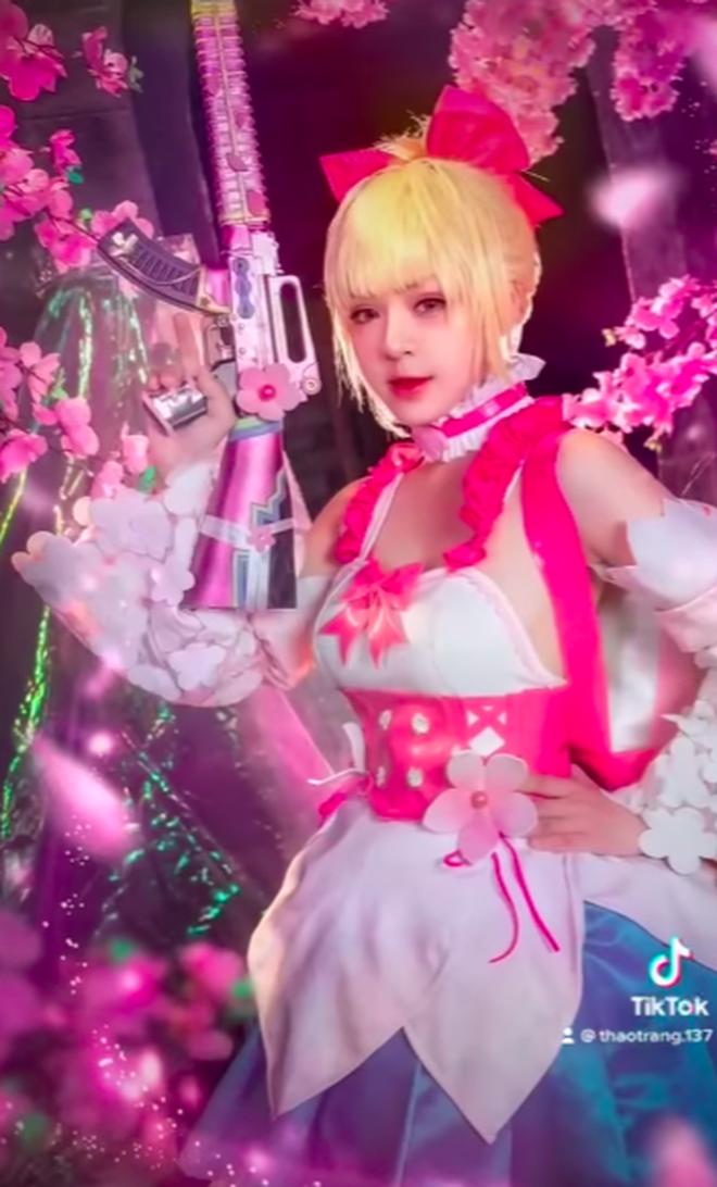"""Cosplay trang phục của PUBG Mobile, nữ MC tranh thủ """"thả"""" một câu """"thính"""" cực độc!"""