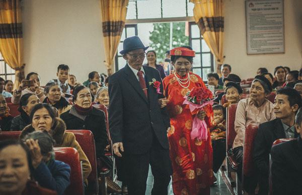 Ánh mắt tình tứ của cặp đôi U90 sau 60 năm yêu khiến cộng đồng mạng thổn thức